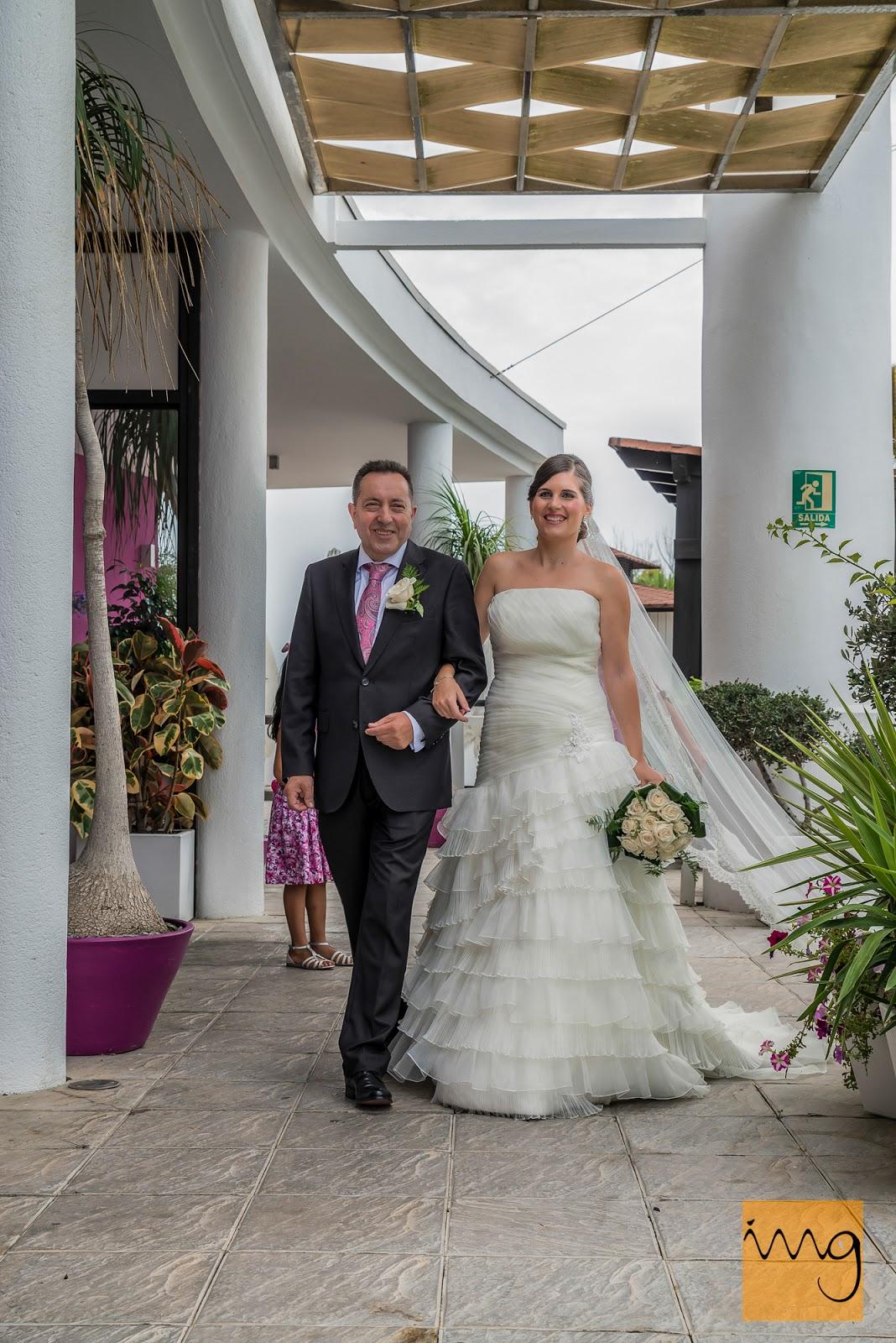 Fotografía de la novia llegando a se ceremonia nupcial.