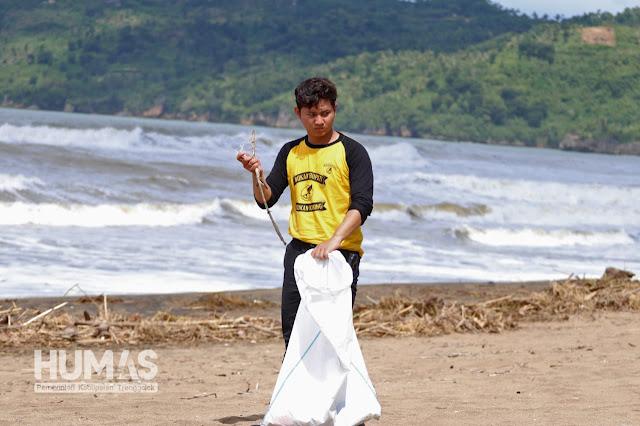 Plt. Bupati Trenggalek Bersih-Bersih Pantai Bersama Para Rider