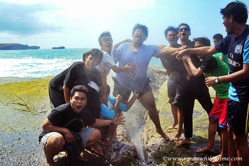 Pantai Klayar Pacitan semburan di antara karang