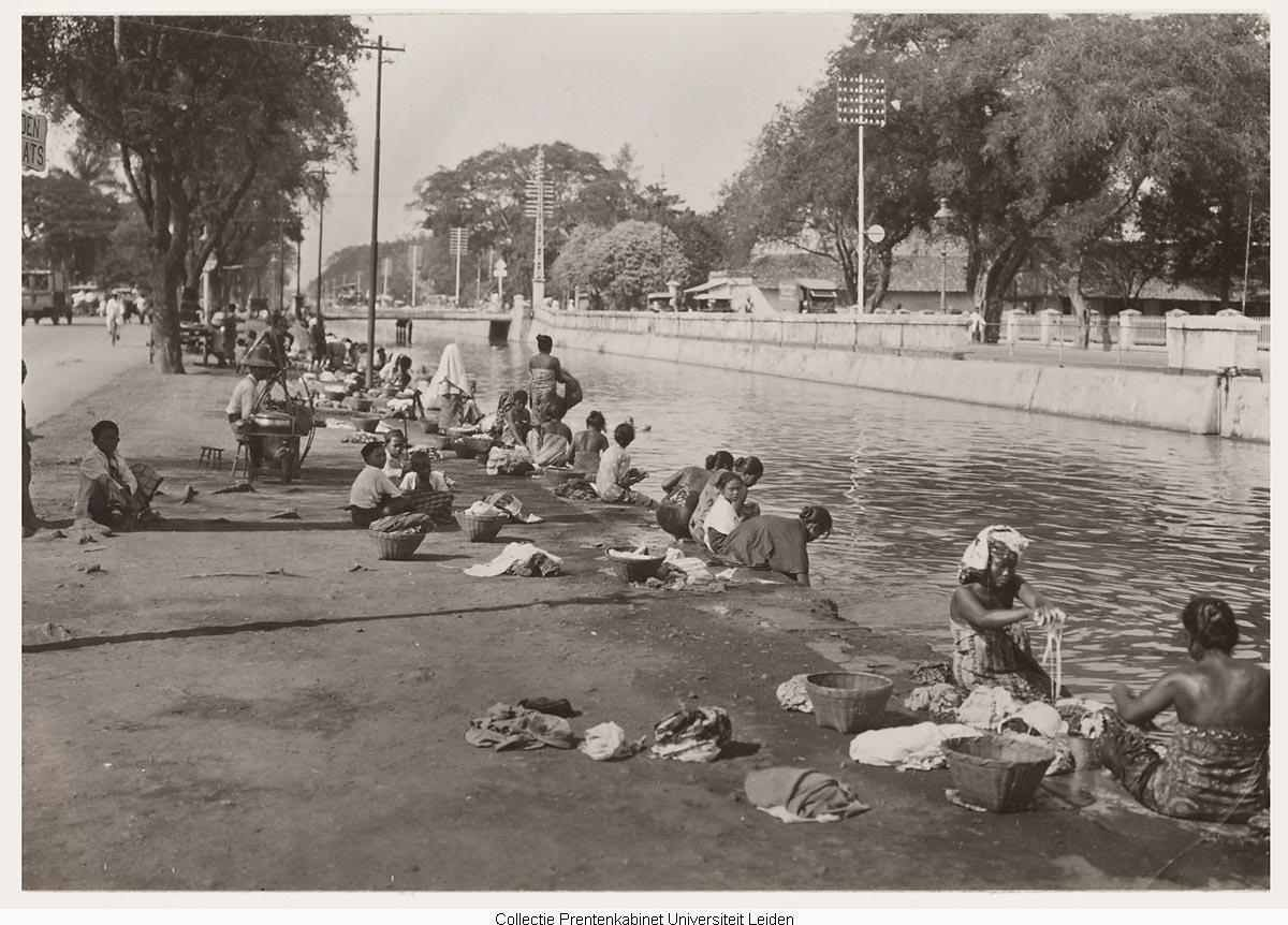 Para Penduduk Sedang Mencuci Pakaian Di Pinggir Sungai