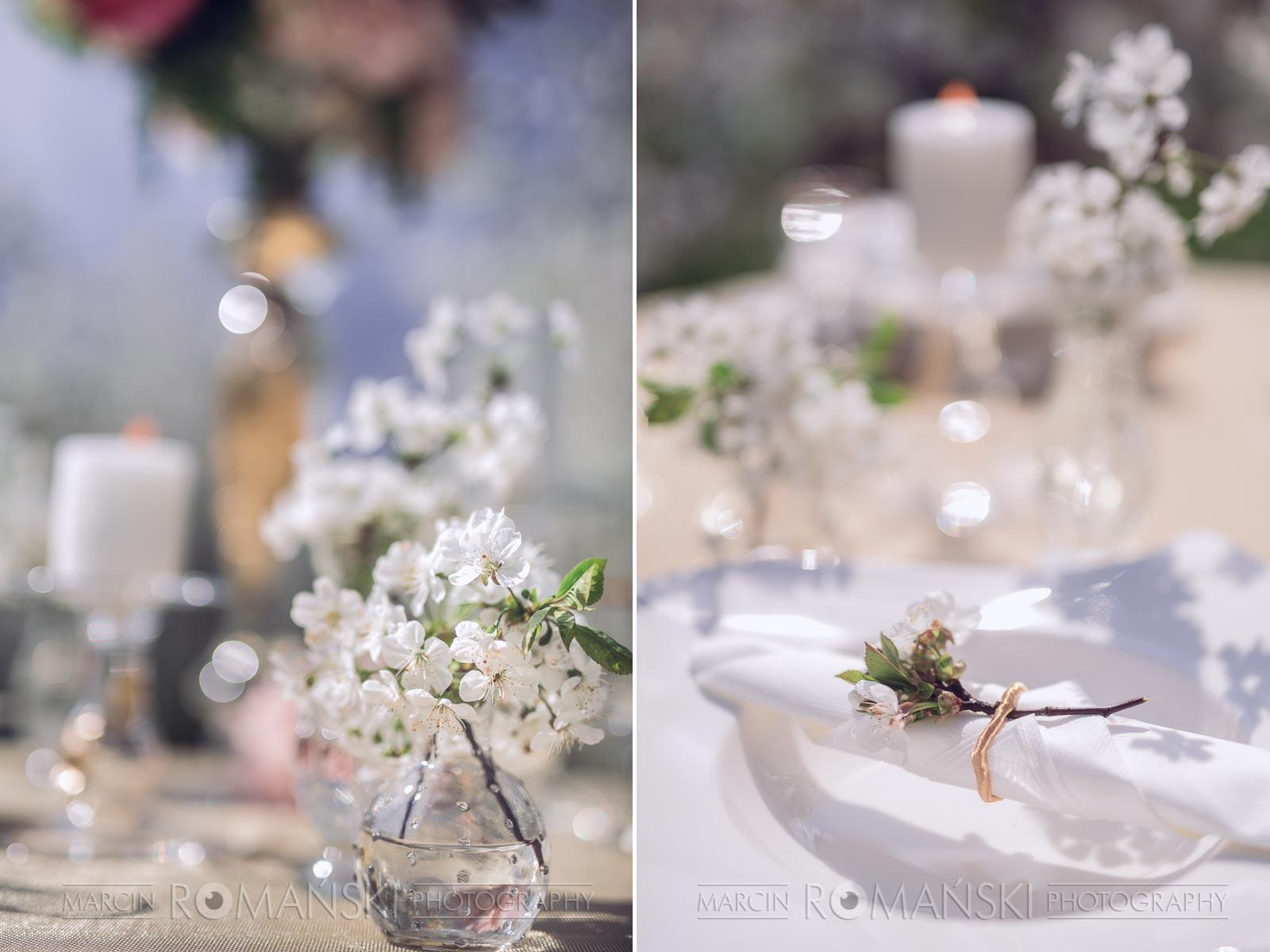 Gałązki wiśni jako ozdoba stołu weselnego.