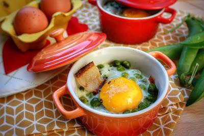 uovo in cocotte con piselli pancetta e pepe di timut