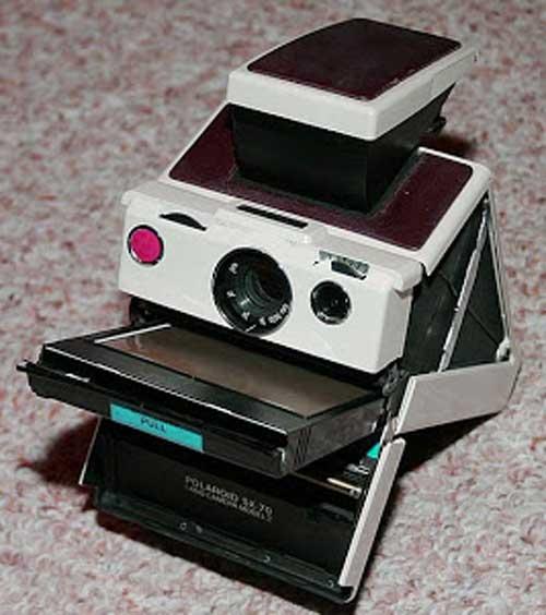 Kamera Polaroid atau lebih dikenal dengan kamera langsung jadi adalah model kamera yang d Sejarah Penemuan dan Penemu Kamera Polaroid