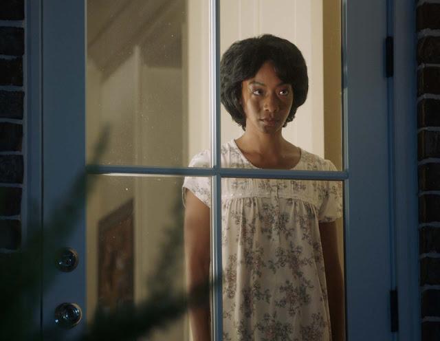 Betty Gabriel (Georgina) domestique à la fenêtre dans Get Out