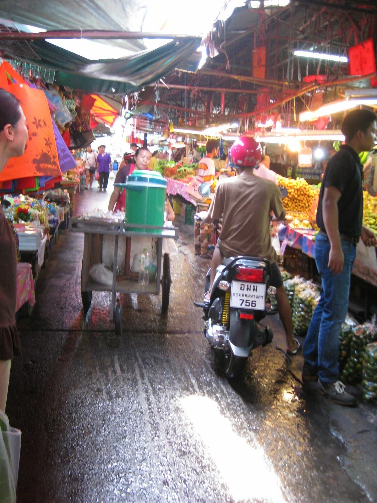 Bangkok - Wet market - people shop by motorbike!