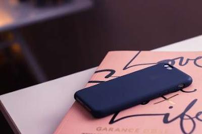 sebuah smartphone yang terpasang hardcase