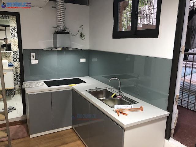 Kính ốp bếp màu ghi xám hiện đại và tinh tế