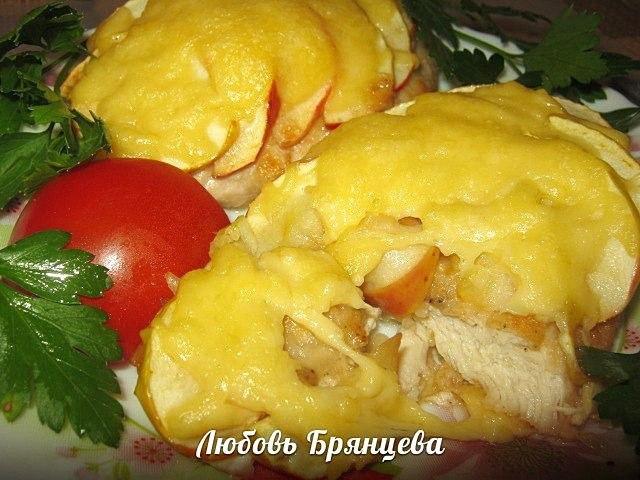 куриное филе с яблоками и сыром