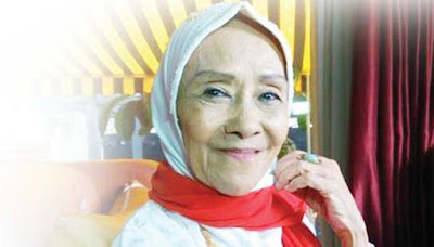 Biografi Laila Sari        Laila Sari adalah aktris dan penyanyi Indonesia. Perempuan kelahiran Padang Panjang, Hindia Belanda, 4 November 1935 ini mengawali karier sebagai pemain sandiwara dan penyanyi. Kariernya dilanjutkan dengan bermain dalam film layar lebar. Putri pasangan Kamaroeddin (Ayah) dan Rachmawati (Ibu) itu juga bermain dalam sejumlah sinetron, ketika film layar lebar mengalami kemunduran. Selama tiga zaman atau enam dekade lebih, Suami dari Boertje (1960-2000) ini telah berkecimpung di panggung hiburan Tanah Air. Di akhir hayatnya, kondisi hidupnya amatlah memprihatinkan. Laila hidup di rumahnya yang sederhana di Tangkiwood, Jakarta Barat. Daerah itu dulu memang dikenal sebagai penghasil artis berbakat di eranya. Sebut saja Aminah Cendrakasih dan (alm) Bing Slamet. Laila sari meninggal dunia pada Senin (20/11/2017) sekitar pukul 19.50 WIB di usia 82 tahun.  Biodata   Nama lengkap: Nur Laila Sari Jahrotuljannah  Lahir: 4 November 1935, Padang Panjang, Hindia Belanda  Meninggal: 20 November 2017, Jakarta  Pasangan: Bertje (m. 1960–2000)  Orang tua: Kamaroeddin(Ayah); Rachmawati (Ibu)  Film: Wadjah Seorang Laki-Laki, Sinyo Adi, Hantu Tanah Kusir  Genre: Musik rok, Children's song  Filmografi   Dinamika (1955)  Peristiwa 10 November (1956)  Singa Betina dari Marunda (1971)  Wadjah Seorang Laki-Laki (1971)  Warung Pojok (1977)  Pulau Putri (1977)