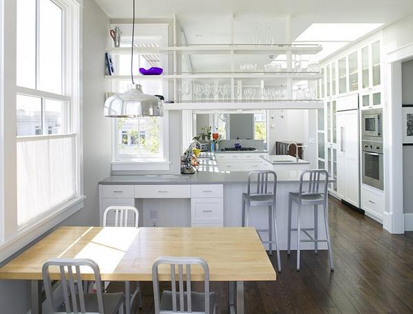 Dapur putih bersih banyak jendela