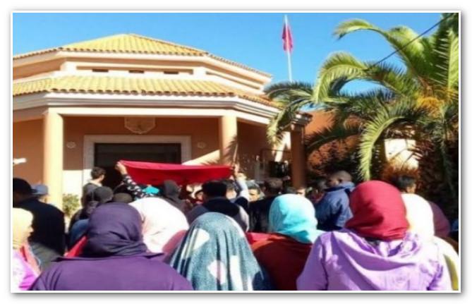 ساكنة دوار أعميرة بالجماعة القروية سيدي بورجا ينتفضون أمام مقر الجماعة
