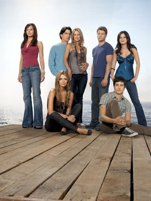 Benjamin Mckenzie, Mischa Barton, Adam Brody, Rachel Bilson, Melinda Clarke, Peter Gallagher and Kelly Rowan pose for promotional promo photo season 3 the o.c.