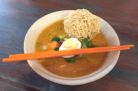 Thaikhun main meal curry and noddle soup