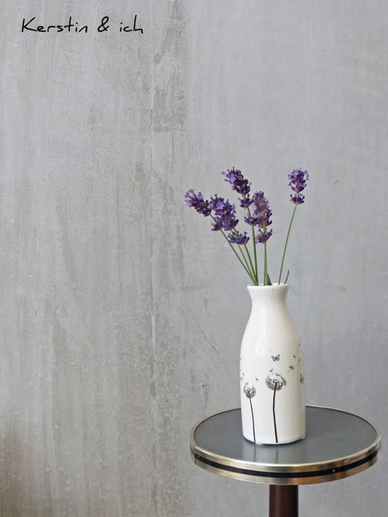 Blumendeko mit Lavendel vor DIY Betonwand