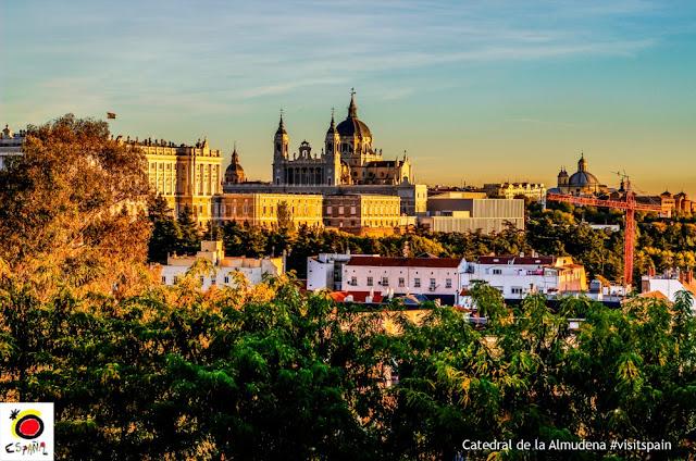 Madri - atrações clássicas e muito além do básico - Catedral de la Almudena e Palacio Real vistos de longe