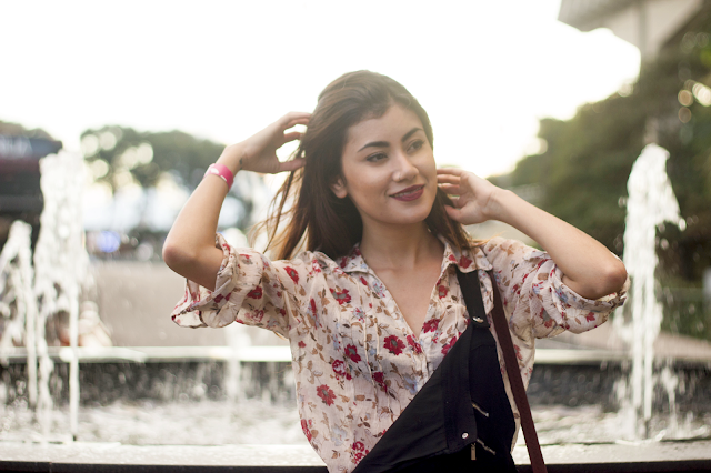 Look Influbeauty: Jardineira e Camisa Floral
