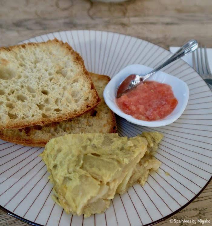 マドリードの朝ごばんメニューのトルティージャと新鮮トマト