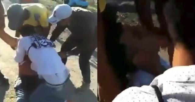 El fallecido, muy joven según las imágenes, está rodeado de quienes intentan salvarle la vida, a pesar que se siente a alguien en el fondo gritando 'están tirando piedras', dejando evidencia que la bronca fue mayor
