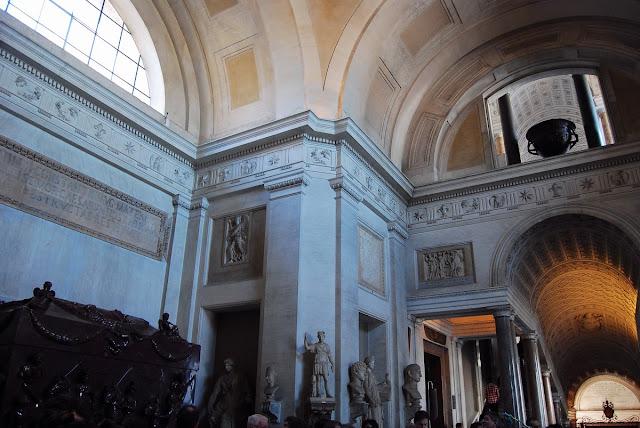 la salle en Croix grecque possède deux immenses sarcophages en porphyre rouge se faisant face, l'un de Sainte Hélène, mère de Constantin, l'autre de Constantine, fille de l'empereur