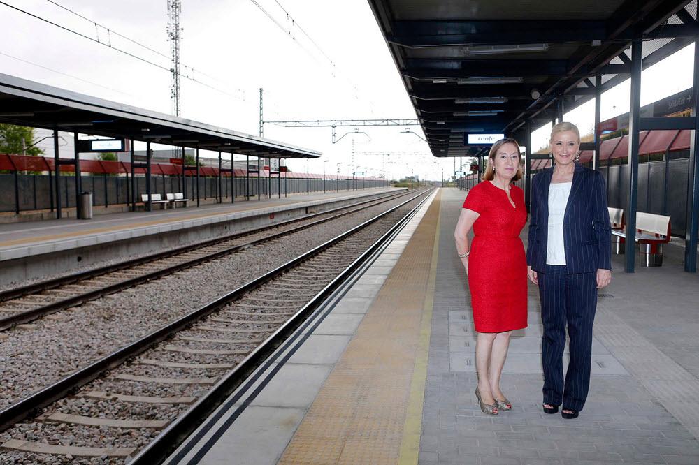 Cristina Cifuentes de una inauguración junto a la ministra de Fomento, Ana Pastor