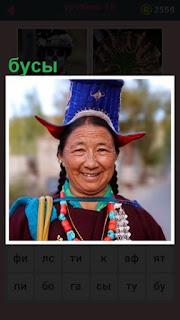 разноцветные бусы на женщине висят на шее