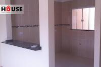 Linda casa com 71m² de área útil, duas vagas de garagem com piso cerâmico, 03 quartos e um banheiro