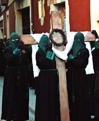 Hermanas de la cofradía Maria del Dulce Nombre de León. Procesión María al pie de la Cruz, Camino de la Esperanza. Jueves Santo. León. Foto G. Márquez.