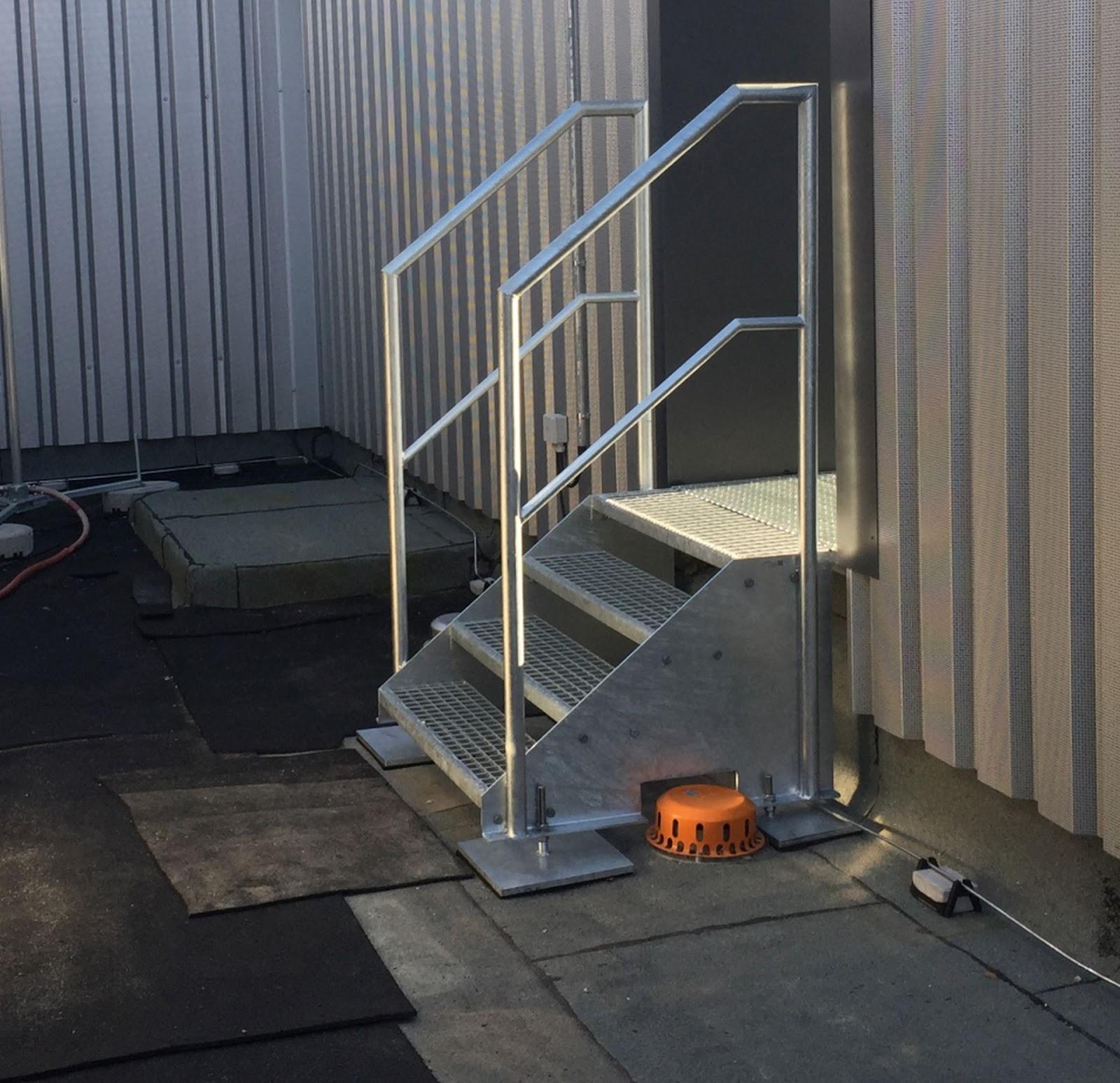 Bei Einem Großen Bauvorhaben In Köln Wurden Etliche Wartungstreppen Und Podeste Aus Gitterrosten Benötigt Im Bereich Der Dachaufbauten Gibt Es Überstiege