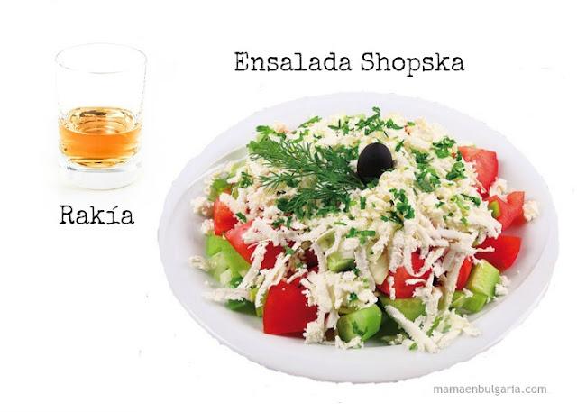 Ensalada Shopska y rakía. Bulgaria
