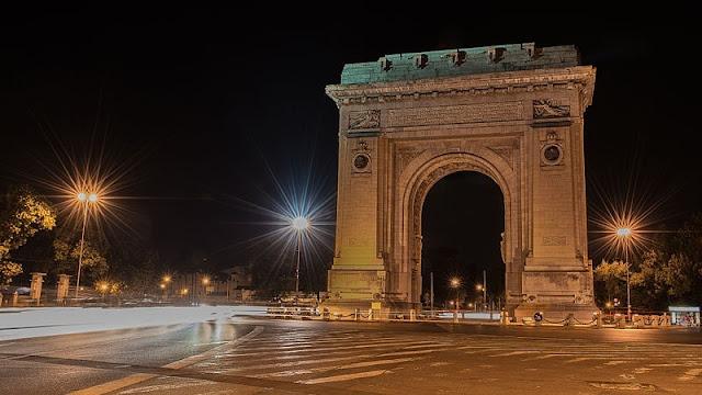 Salah satu ikon Bucharest Arcul de Triumf  di malam hari yang begitu eksotis