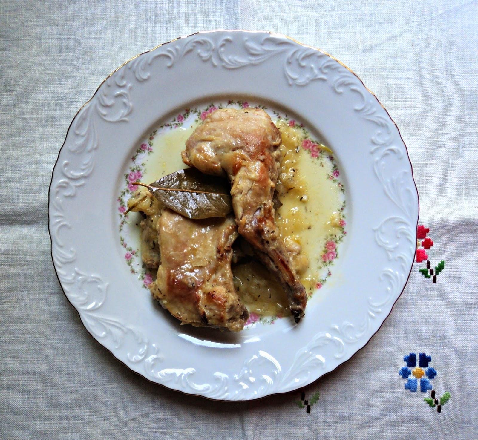 conejo-salsa-cebolla-aromaticas-presentacion