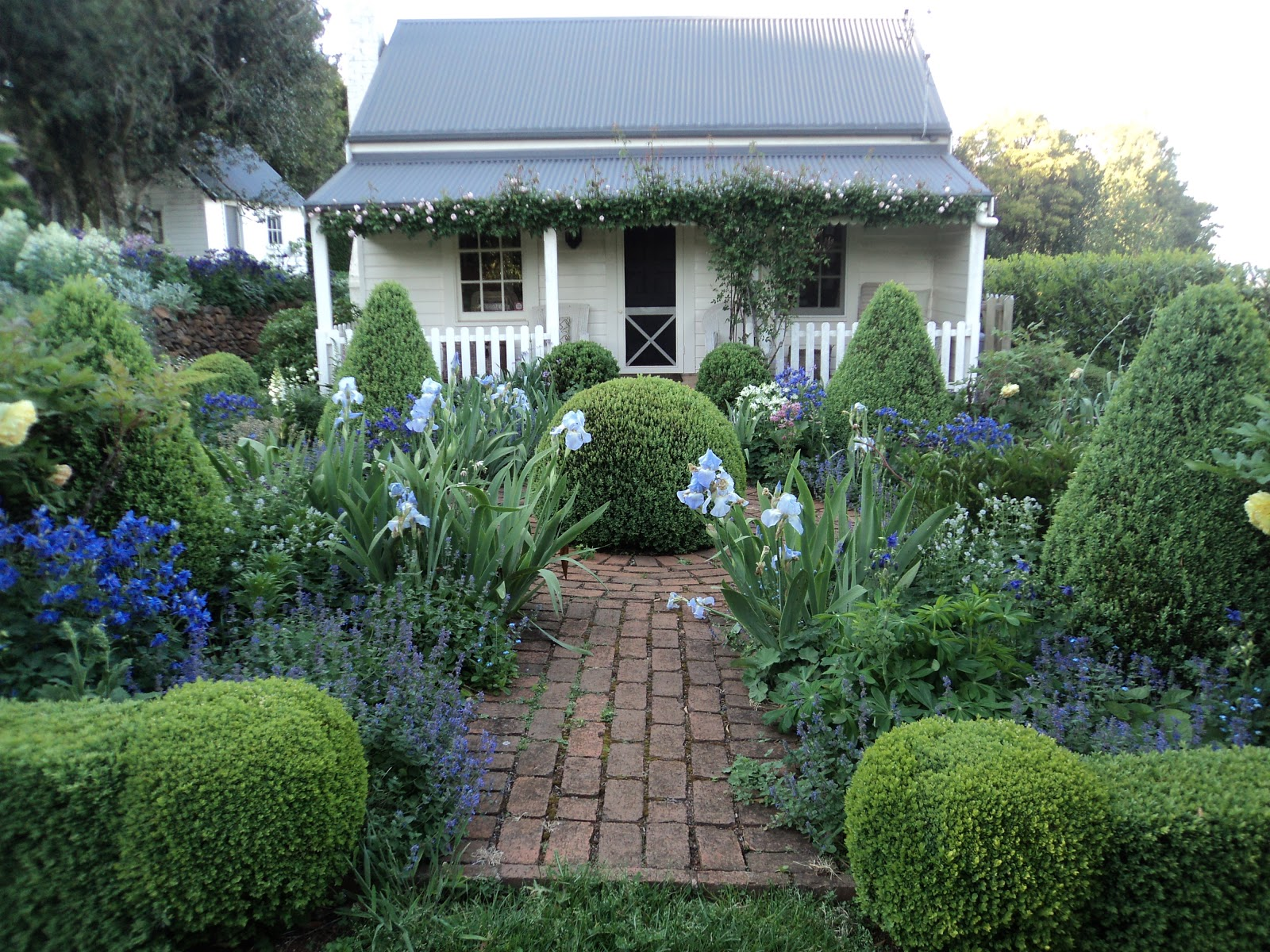 Cottage Gardens: Bumble At Home: Cottage Garden