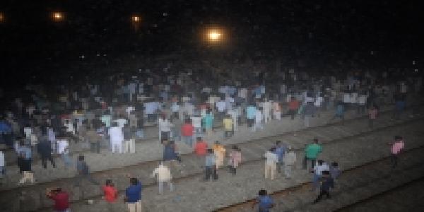 ameratsar-rail-hadsa-gusasae-bhide-ne-yatayat-badhit-kiya