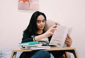 Yasamin Jasem Membaca Buku