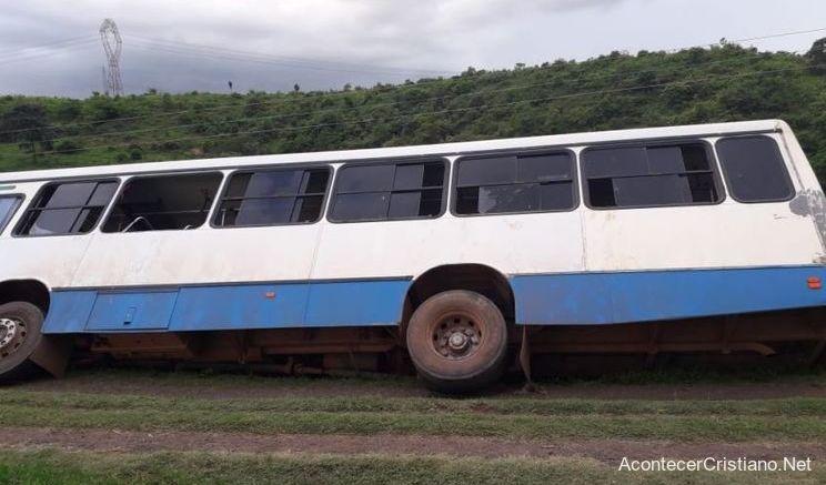Autobús inclinado a punto de caer