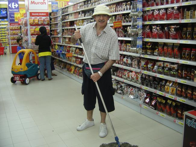 Fregando el suelo en Carrefour de Jakarta