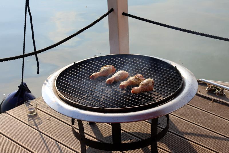 Hähnchenkeulen mit Rosmarinbutter unter der Haut auf dem Grill der Feuerschale | Arthurs Tochter Kocht by Astrid Paul