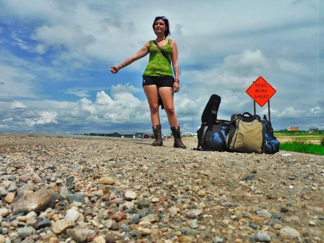 donne che fanno autostop in solitaria