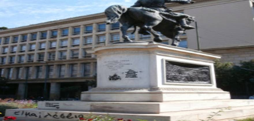 ΑΠΙΣΤΕΥΤΟ !!! Βεβήλωσαν το άγαλμα του Κολοκοτρώνη οι συμμετέχοντες στο Gay Pride με υποστηρικτή τον Καμίνη και την Δουρου !!!