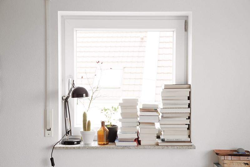 Fensterbank dekorieren Herbst Oktober Schreibtischleuchte Ikea Bücher Chaos beim Umräumen