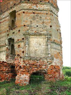 Замок 'Белый Ковель'. Крест на уцелевшей стене