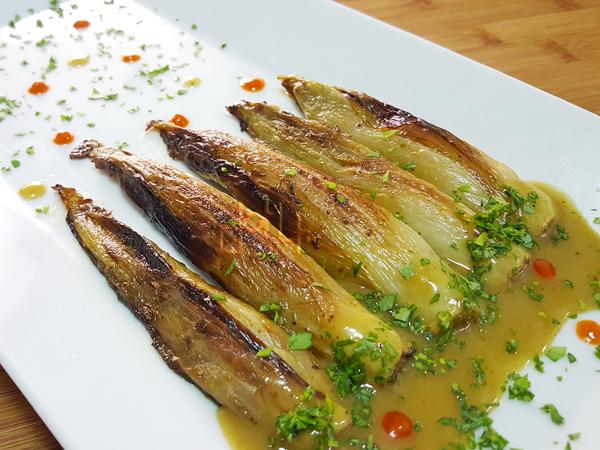 Endibias asadas de Anthony Bourdain, una forma diferente para disfrutar esta verdura