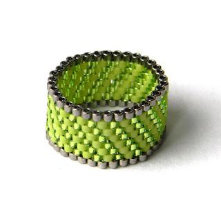 Зеленое кольцо из бисера