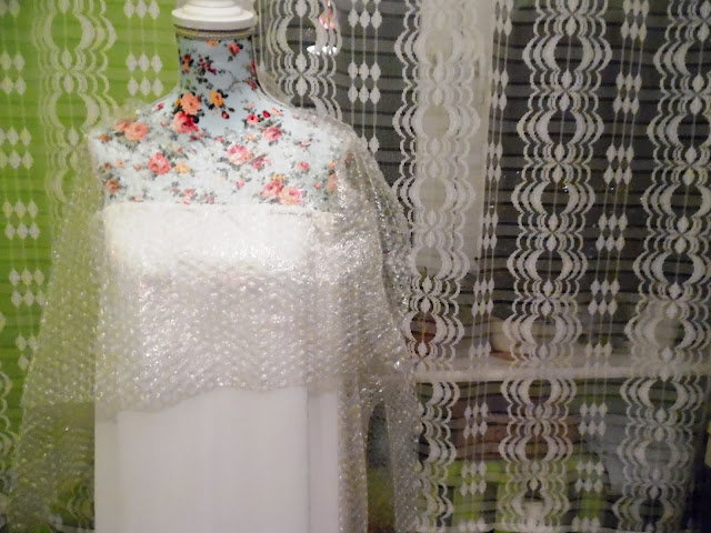 WHITE DRESS AND BUBBLE WRAP / VINTAGE LOOP