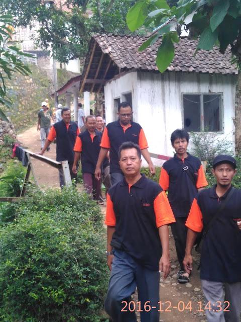 Team Lazismu Jember saat memberikan santunan korban tanah longsor