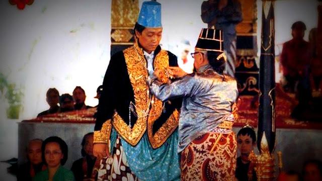 Suasana penobatan BRM Herdjuno menjadi Sri Sultan hamengku Buwono X dengan Keris Kyai Ageng Kopek