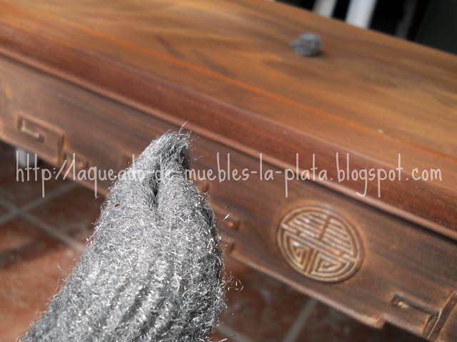 Alizar madera con esponja de metal