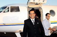 """O """"patriarca"""" à frente ao apostólico avião"""