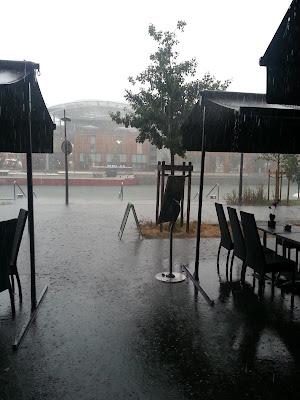 sous-la-pluie-a-une-terrasse-de-lyon-en-2013