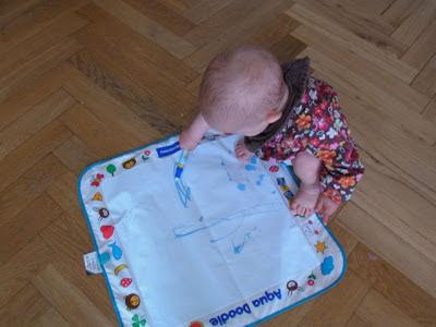 Kind malt mit Aqua Doodle